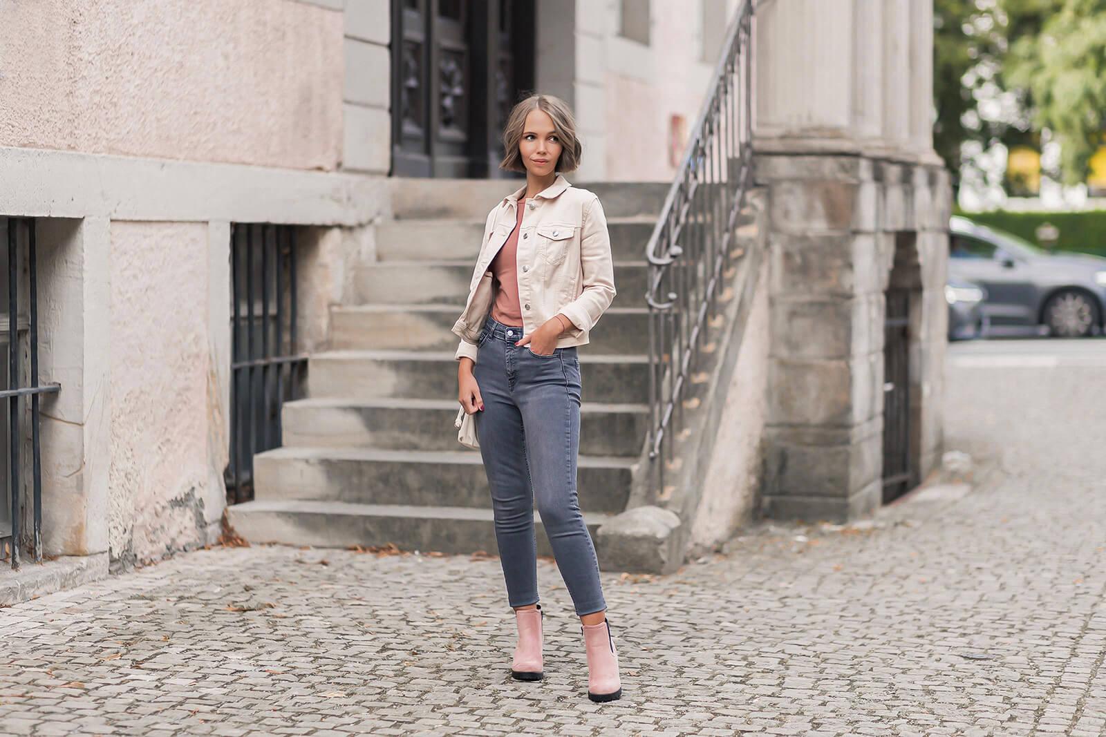 Jeansjacken in Cremetönen kombinieren, Herbstoutfit mit Jeansjacke und rosa Stiefeletten, Shoelove by Deichmann