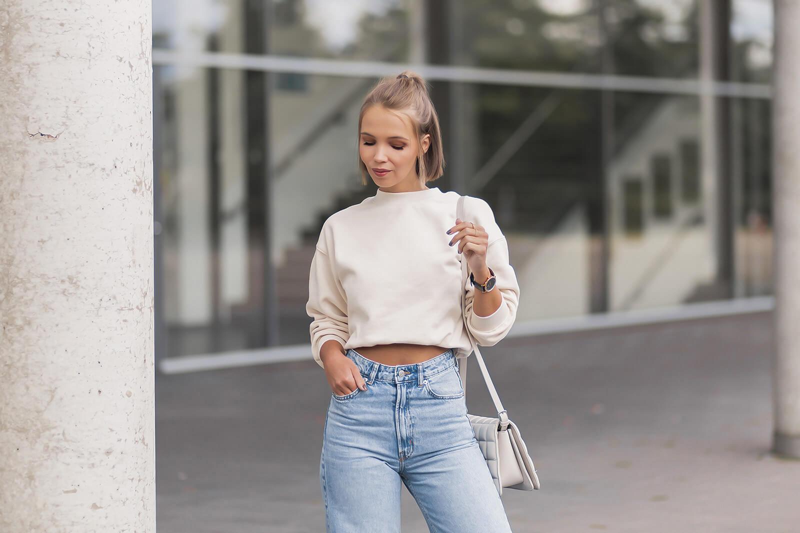 Wide Leg Pants kombinieren, Jeans Trend 2021, Wide Leg Jeans Outfit mit Sweater, weiße Sneaker, Shoelove by Deichmann