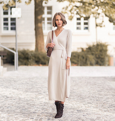 Kleider aus Strick kombinieren, Herbsttrend, Wickelkleid, Outfit mit Strickkleid und braunen Schnürstiefeletten, Shoelove, by Deichmann