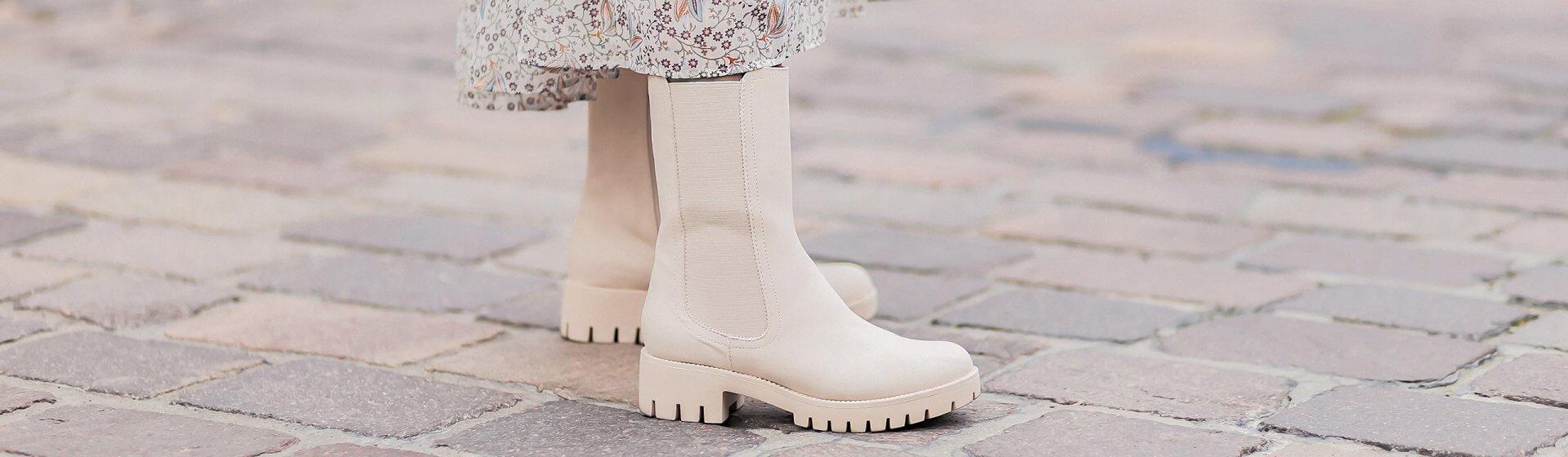 Midikleider und Boots kombinieren, Herbstoutfit mit Chunky Chelsea Boots, beige Stiefeletten, Shoelove by Deichmann