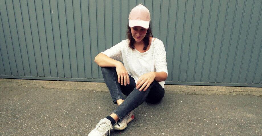 Baseball-Caps! Die coole Kopfbedeckung aus den 90ern feiert in 2017 ihr großes Comeback und das jetzt vor allem auch als Teil des weiblichen Stylings...