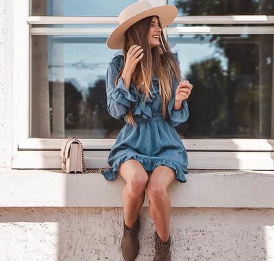 Blaue Kleider im Herbst kombinieren