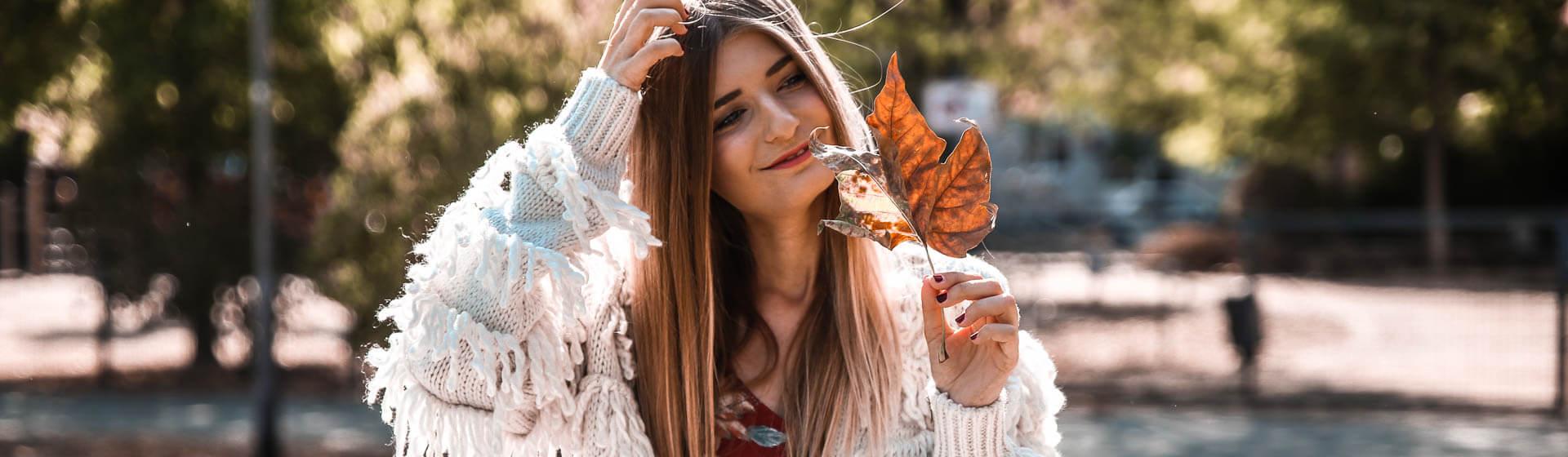 Farbenfrohes Outfit im Herbst kombinieren