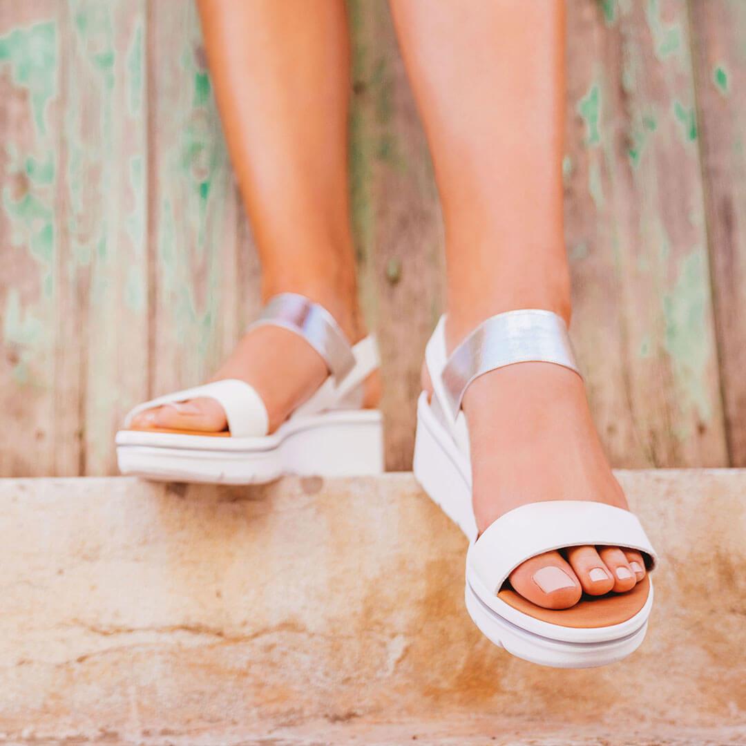 Barfuß in Metallic Sandaletten