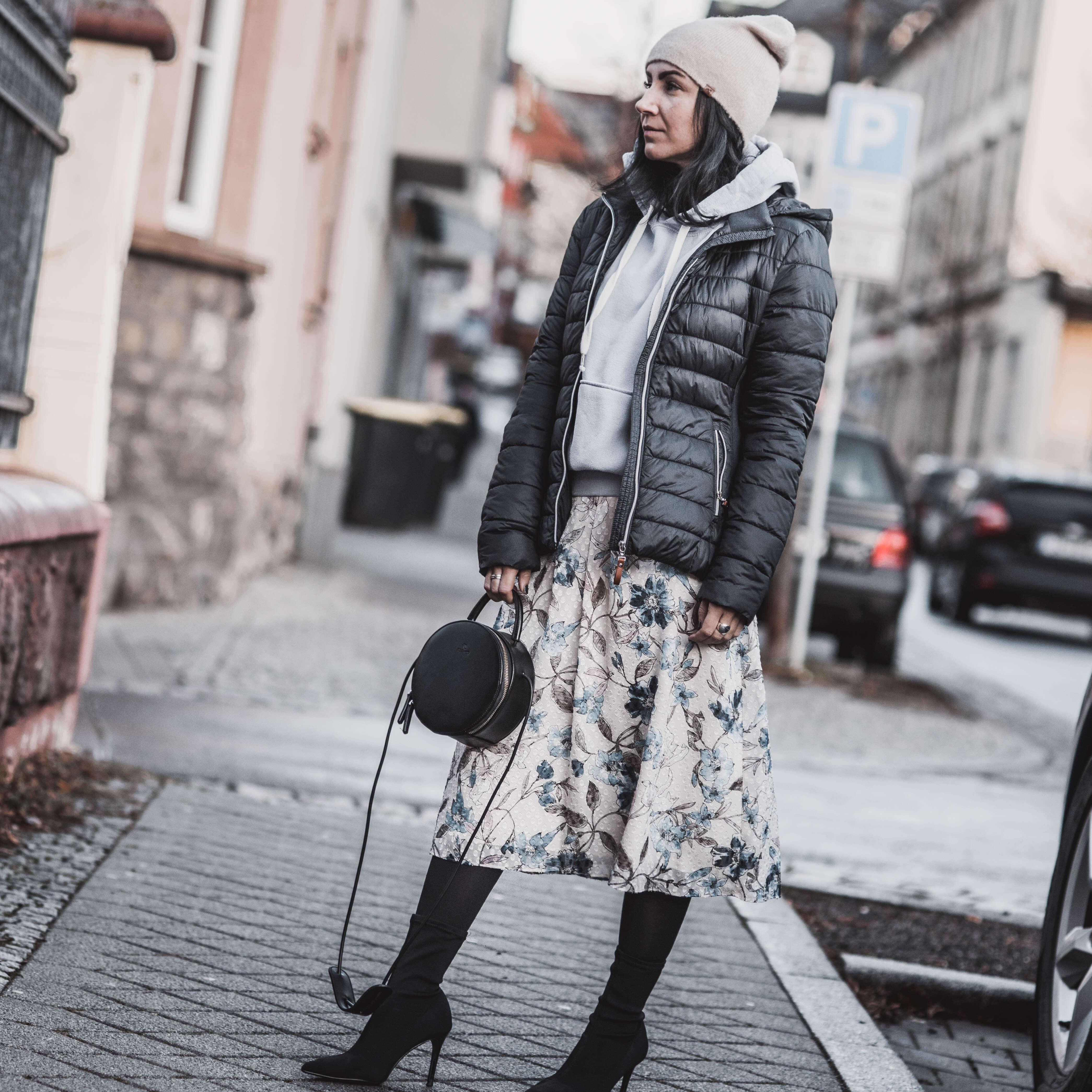 Coole Winterkombi Midirock und Hoodie kombinieren Shoelove
