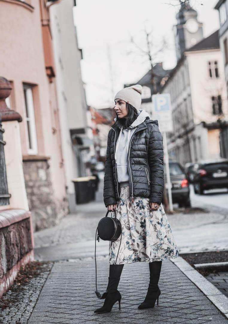 Coole Winterkombi - Midirock und Hoodie kombinieren Shoelove Deichmann