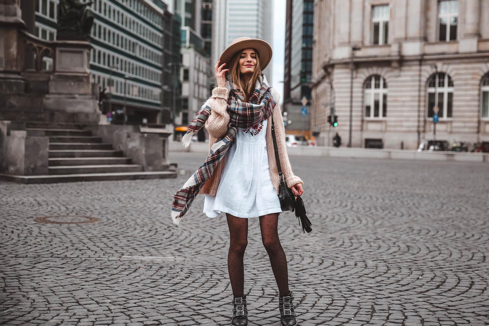 Gepunktete Strumpfhosen Zu Kleidern Und Rocken Kombinieren