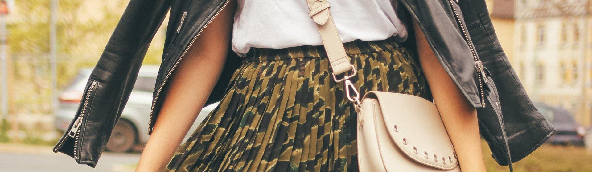 Bloggerin Nilooorac zeigt ihr Lieblinsoutfit mit Midirock