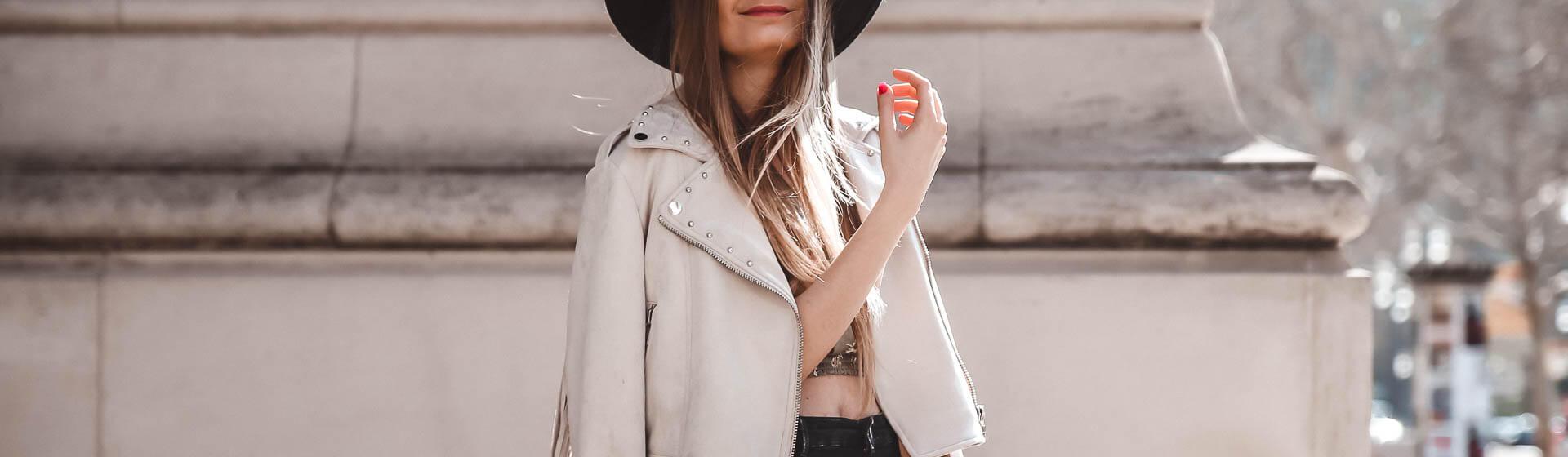 Helle Lederjacke und schwarze Jeans Outfit