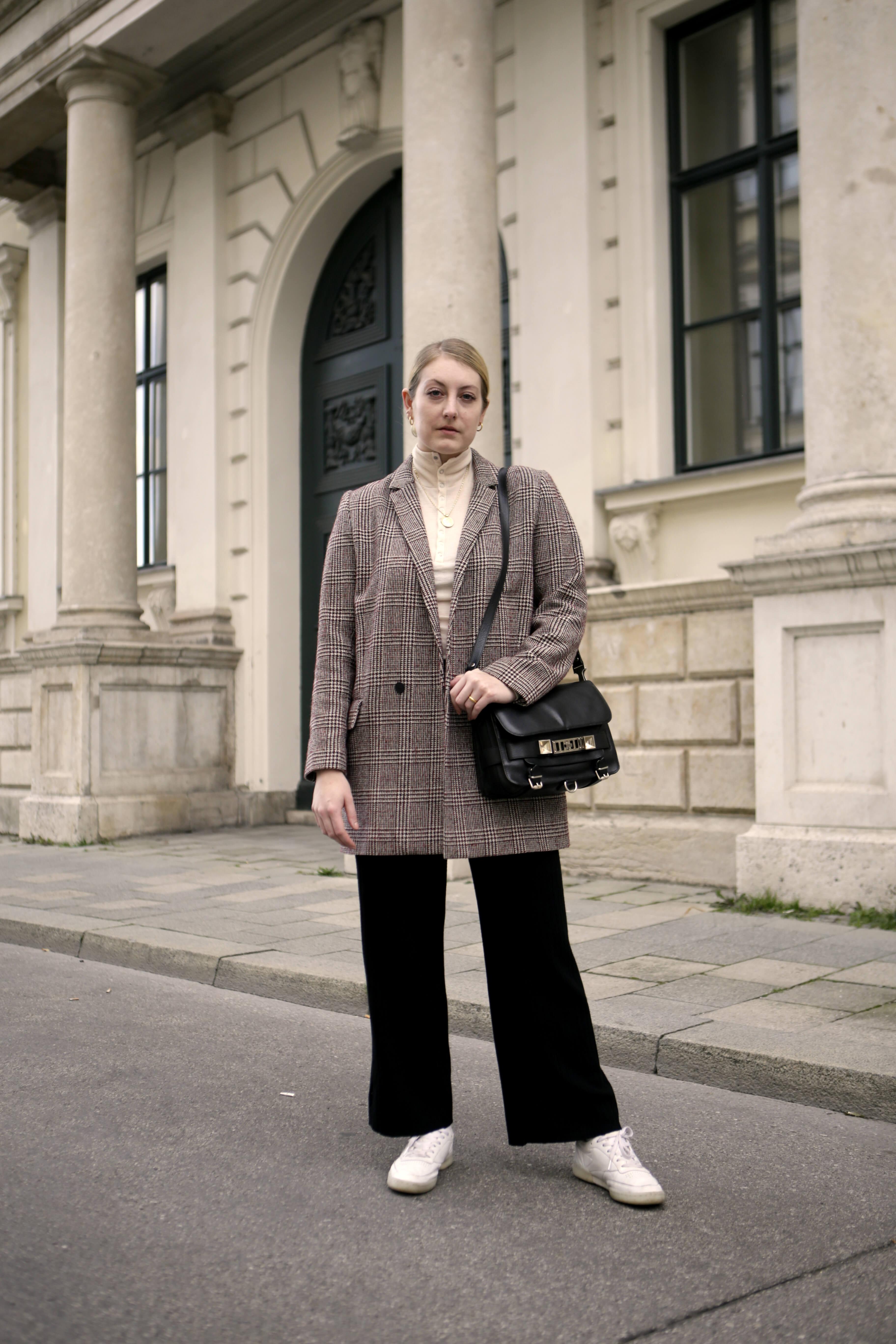 Wie trägt man einen Karomantel richtig?