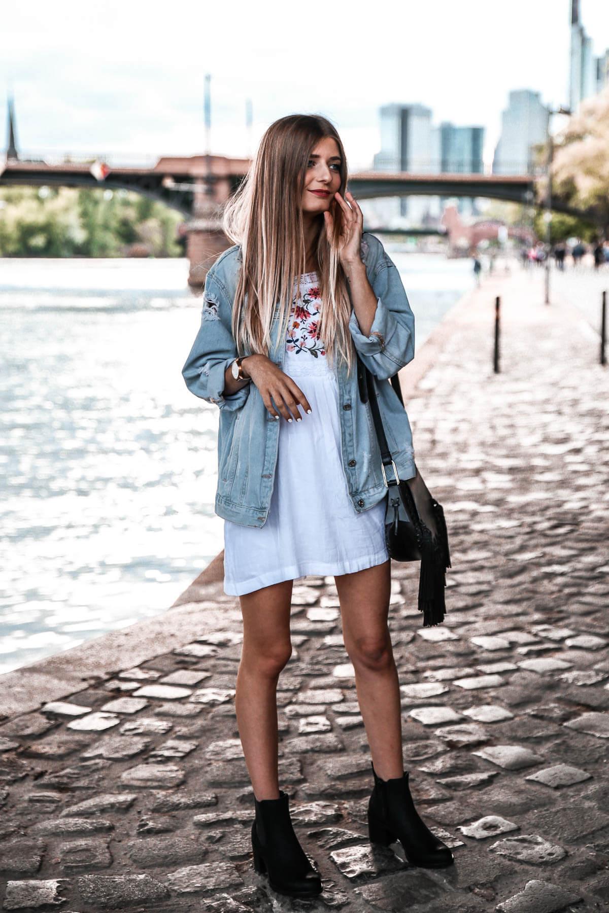 Herbstoutfit mit Jeansjacke und Stiefeletten