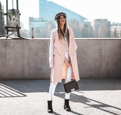 Leichte Mäntel und weiße Jeanshose