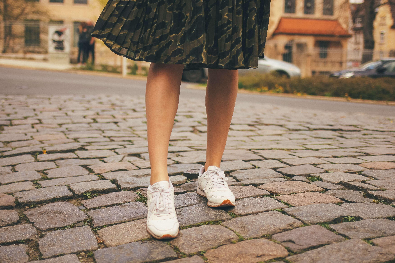 Midirock kombiniert mit Sneaker