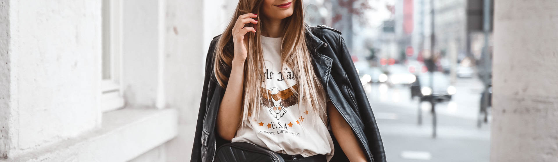 Print-Shirts und Lederjacke Outfit