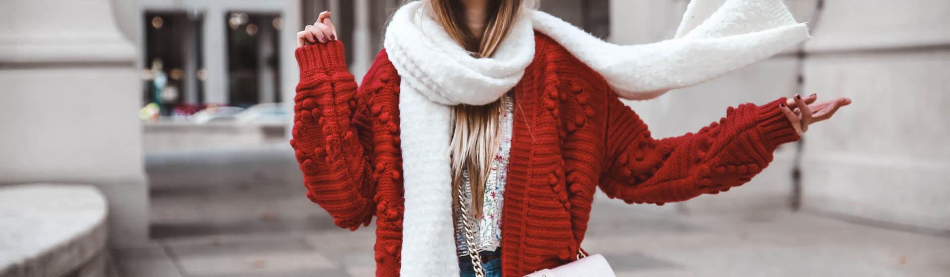 Trendfarbe Rot im Alltag kombinieren.