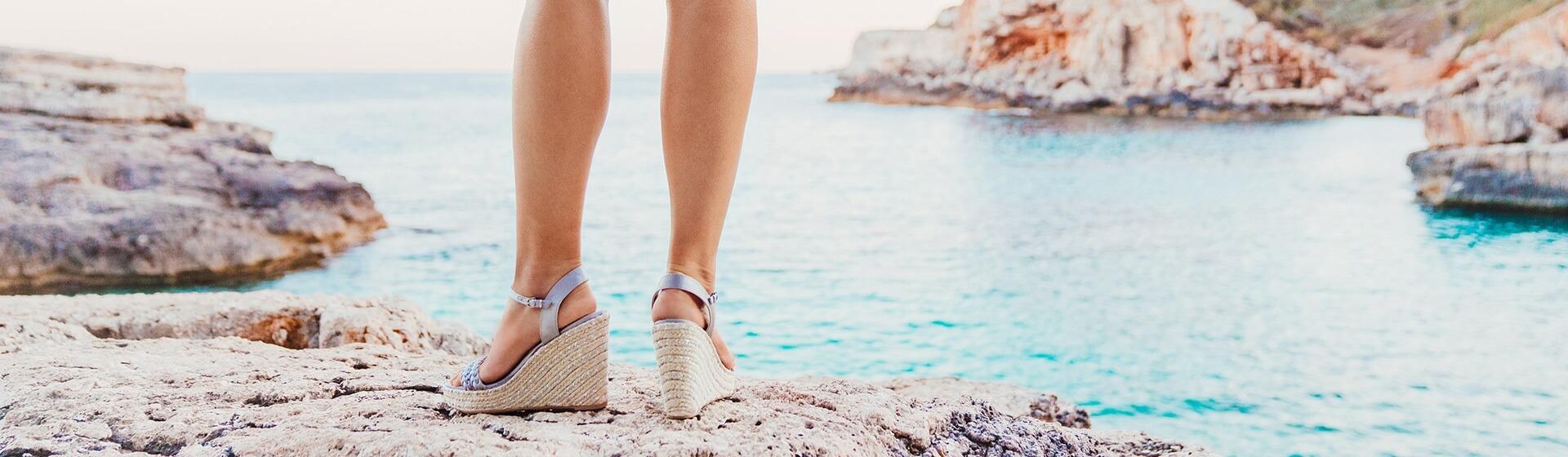 Barfuß in offenen Schuhen