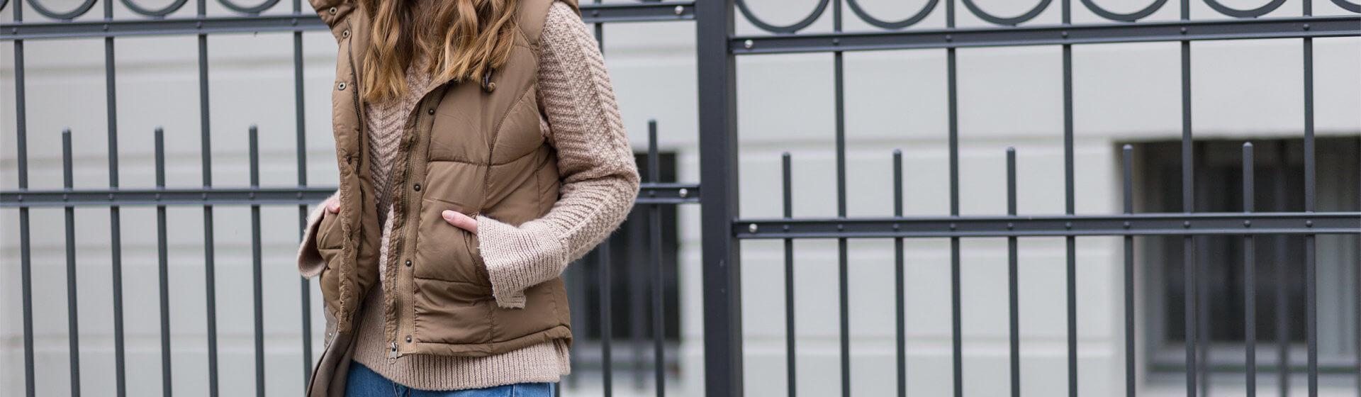 Daunenweste kombinieren mit Strickpullover, Weste Outfit, Shoelove by Deichmann