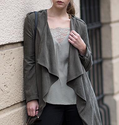 Grün im Herbst kombinieren, Outfit mit Khaki Mantel, Shoelove by Deichmann