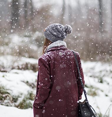 Mantel in Bordeaux im Winter stylen, Shoelove by Deichmann