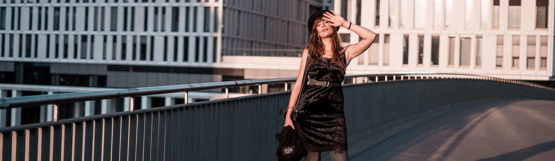 Kleid über Hose stilvoll kombinieren