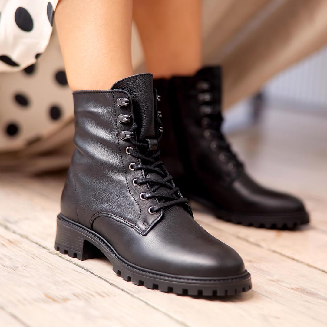 post: los botines negros con cordones perfectos como calzado para Halloween