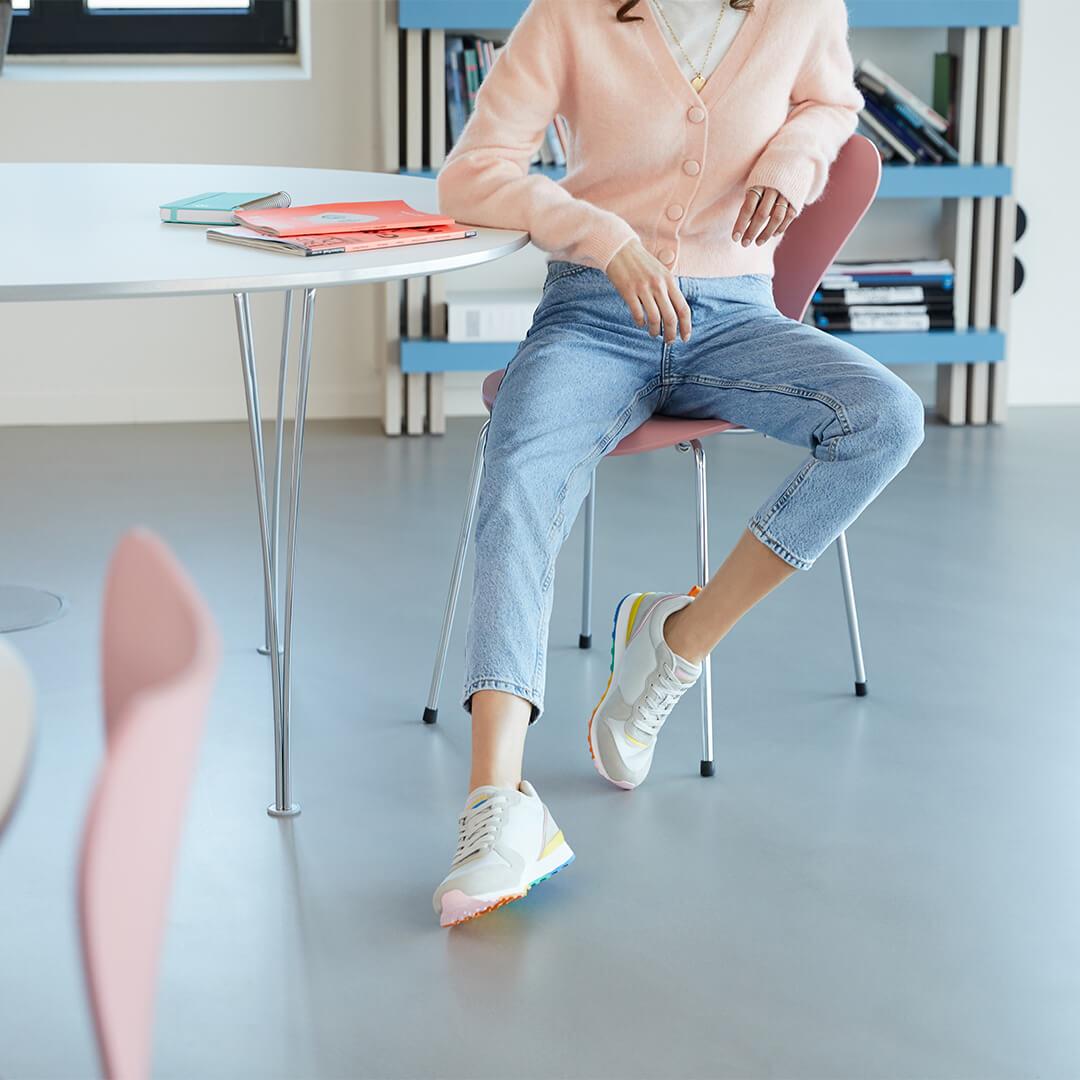 Cómo vestir con zapatillas multicolor de mujer