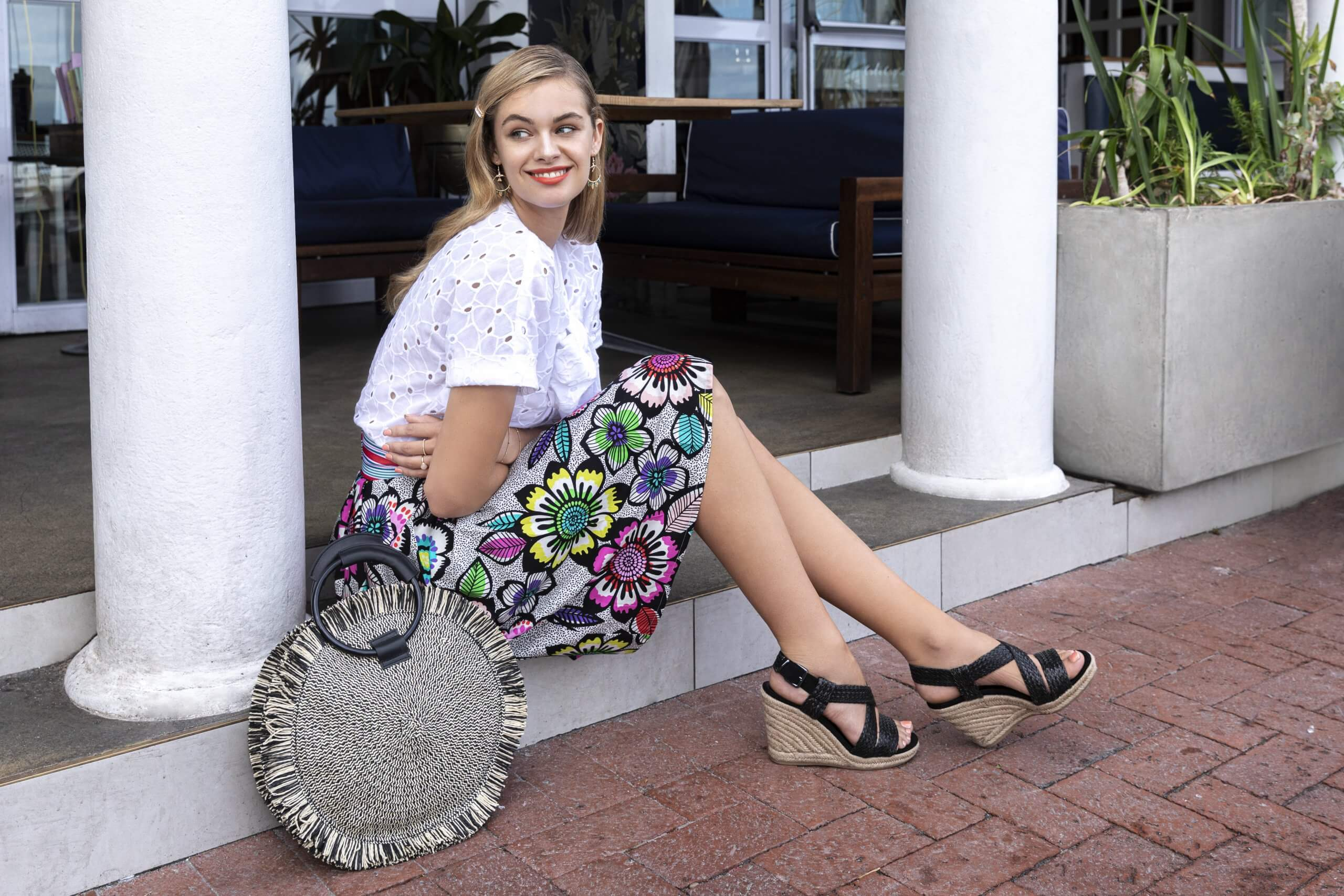 sandalias de cuña para combinar un vestido midi
