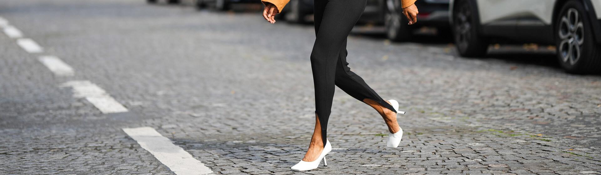 Aprende a llevar los zapatos blancos de la temporada como una experta en moda