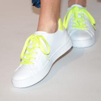 accessori bianchi - sneaker bianche con dettaglio neon