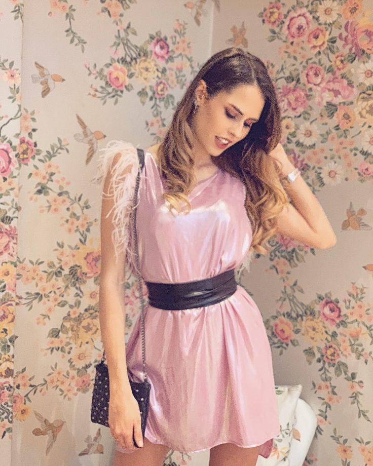 vestito metallizzato rosa con frange di piuma sulle spalle