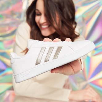 Trend metallico, sneaker Adidas Grand Court base platino