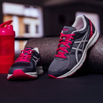 5 esercizi per mantenersi in forma - sneakers fitness Asics, Deichmann