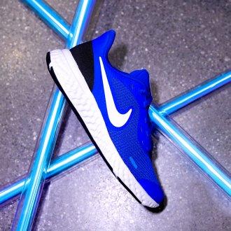 5 esercizi per tenersi in forma - Sneakers Nike fluo blu, Deichmann