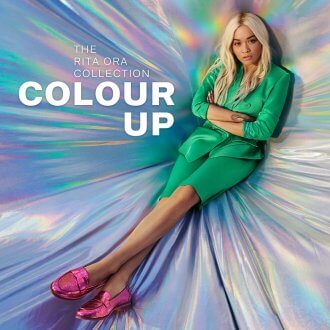 Colour up - Rita Ora con i mocassini metallici fucsia