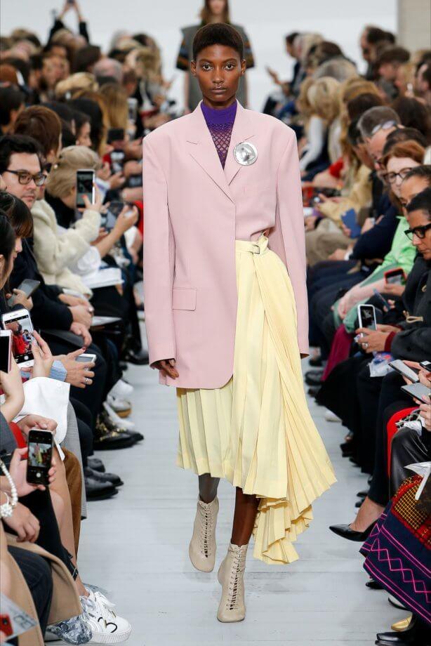 Toni pastello - Giacca rosa cipria e gonna giallo plissettata