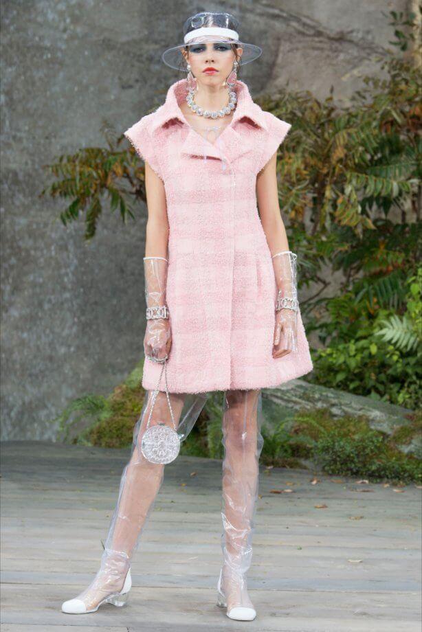 Toni pastello - tweed rosa cipria con overknee in pvc trasparente