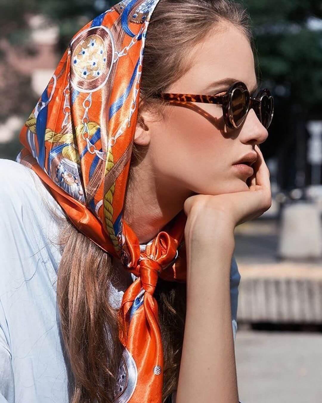 foulard sui capelli con nodo davanti
