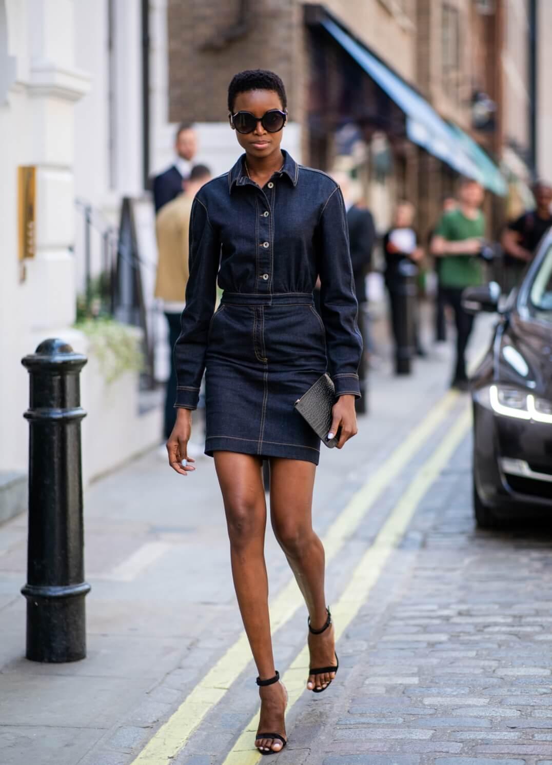 look per il rientro in ufficio - total denim : minigonna tubino in jeans scuso