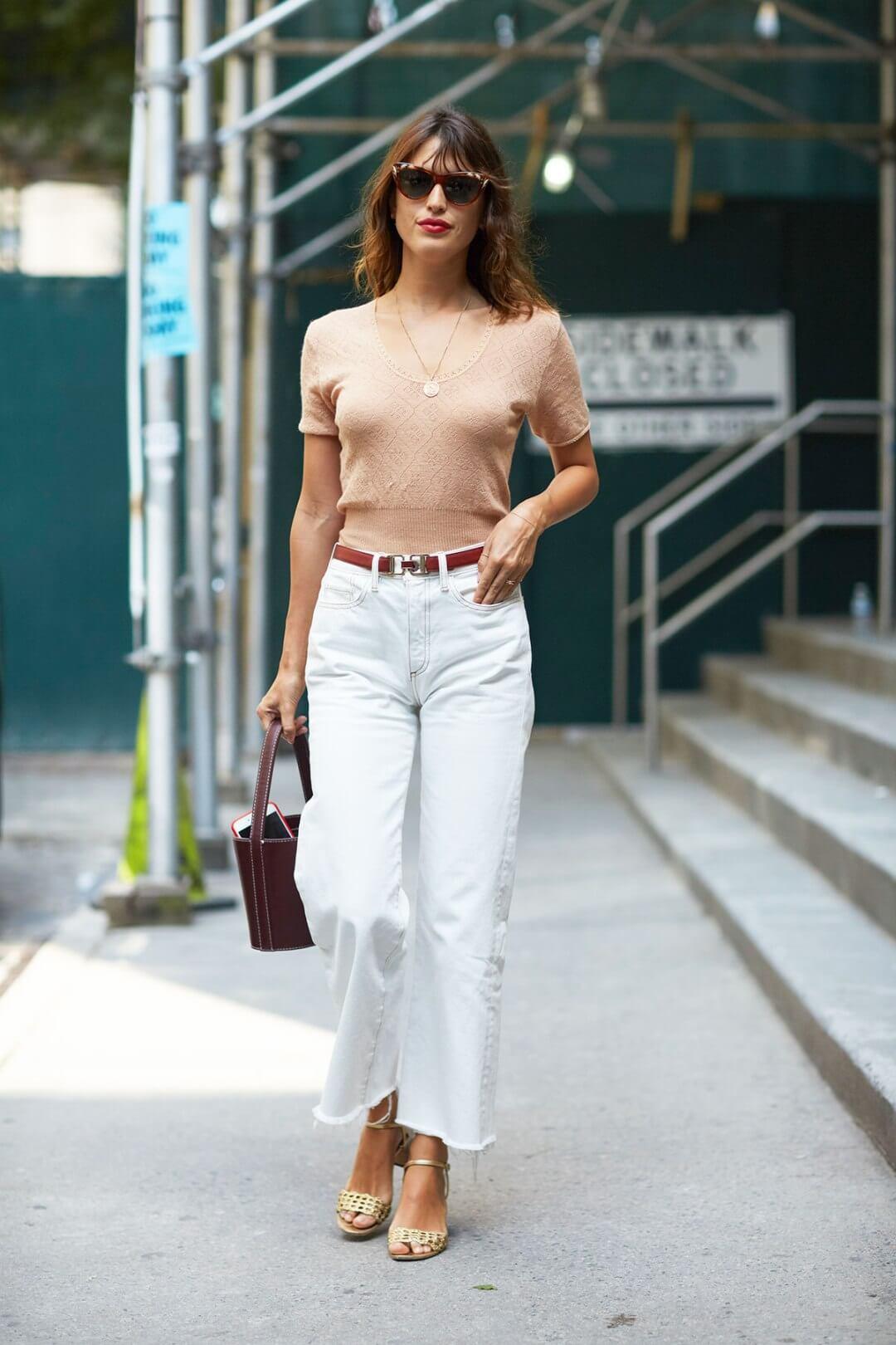 look per il rientro in ufficio - Jeanne Damas con jeans chiari sfrangiati