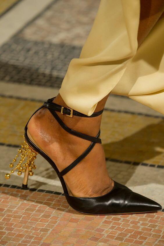 Sandalo nero a punta con inserti decorativi sul tacco oro