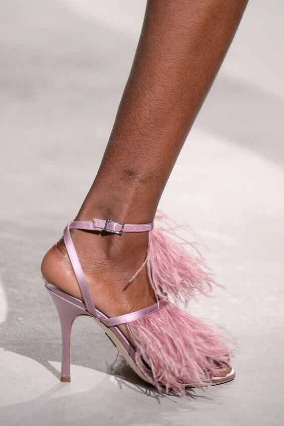 Sandalo rosa con tacco a spillo e frange