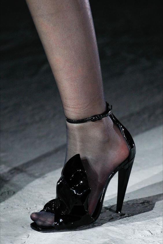 Sandali in vernice nera con cinturino alla caviglia