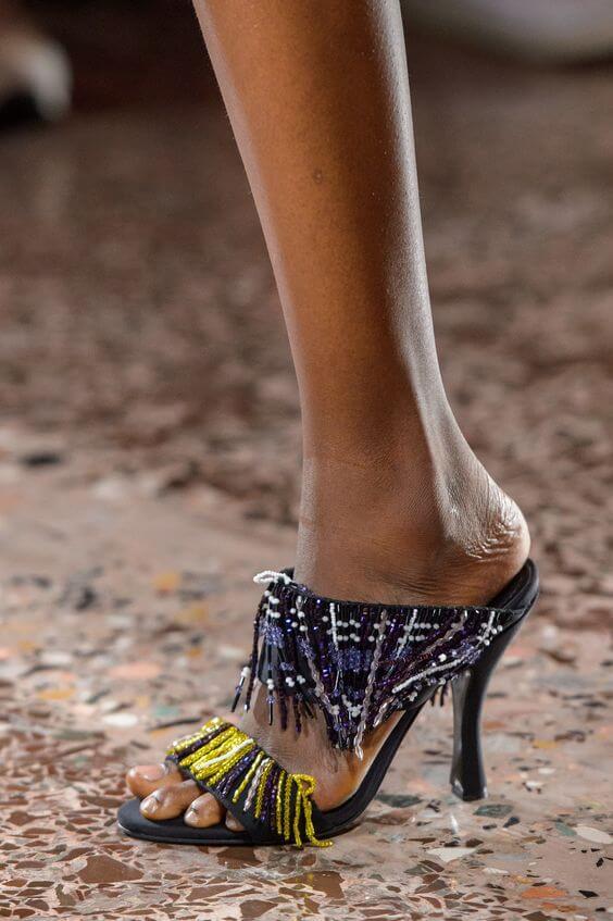 Sandali con tacco e perline decorative