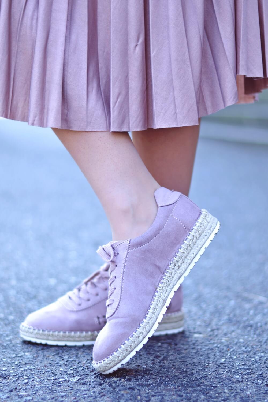 Różowe półbuty, fashion, plisowana spódnica, stylizacja, pastele