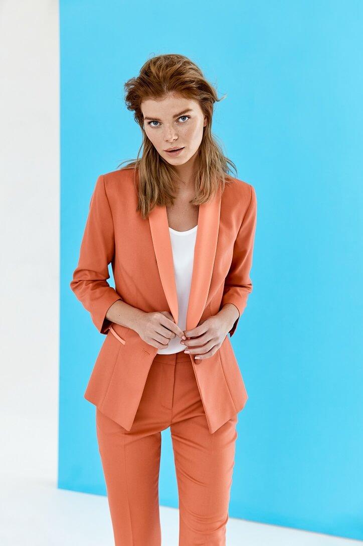 79e7690313b5 Tmavomodrý blejzer bez ozdobných detailov a nedotknutý módnymi trendmi  zaujíma jednu z horných priečok nadčasových perál dámskeho odievania.